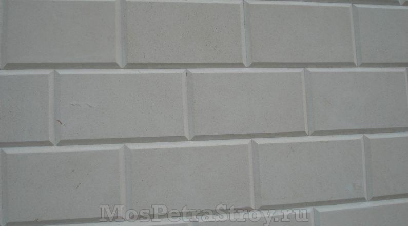 Облицовка стены белым известняком с фаской