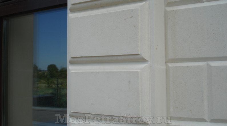 Обрамление окон из натурального камня с использованием архитектурных элементов