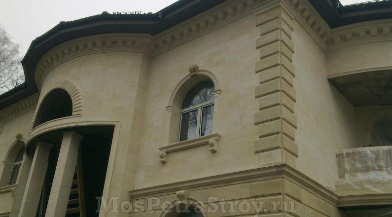 Русты на фасаде из натурального камня песчаник